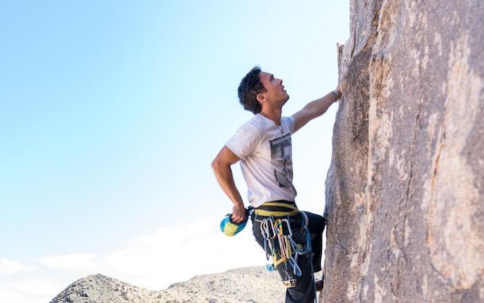 homme grimper le rocher comment se retrouver