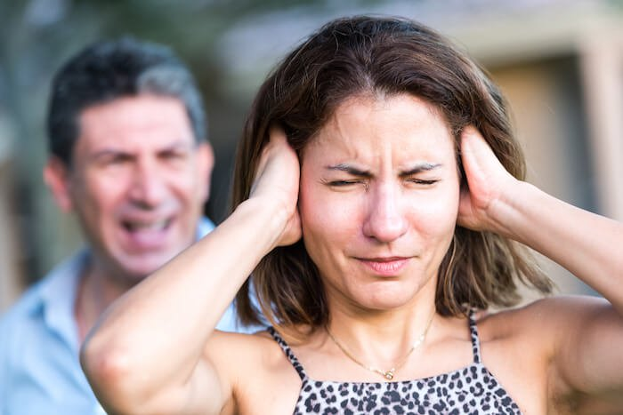homme criant aux effets de la violence psychologique sur les femmes