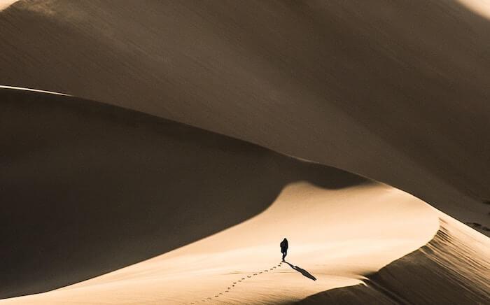 personne seule dans les dunes de sable comment vous retrouver