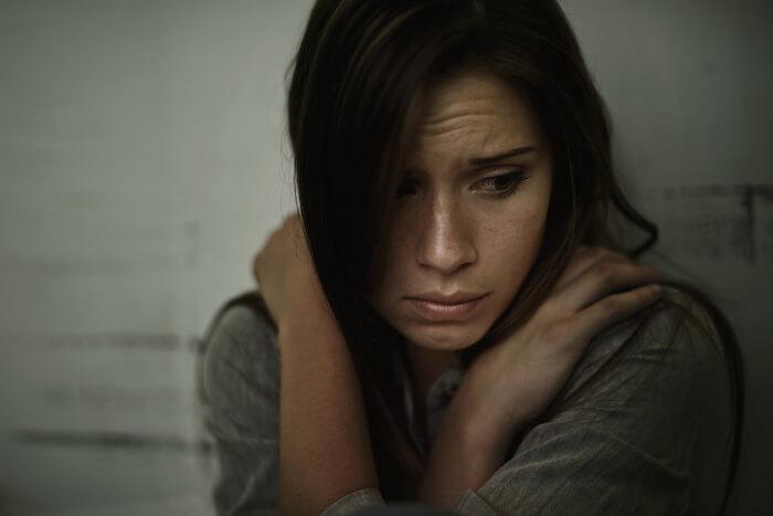 femme triste assise seule comment pardonner
