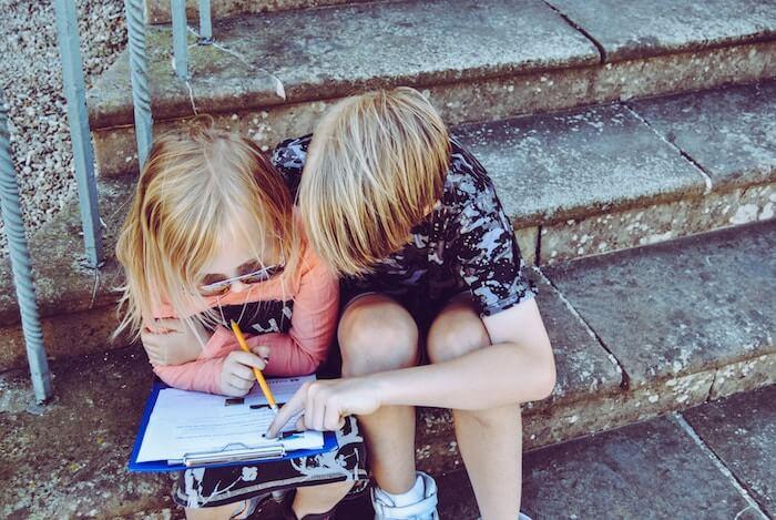 de jeunes étudiants font leurs devoirs sur la façon d'être une personne plus gentille