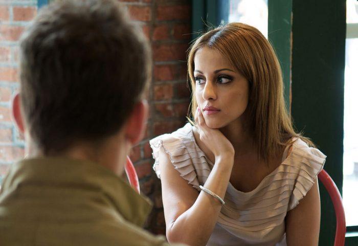 une femme qui a l'air triste alors qu'elle est en train de faire du chantage émotionnel