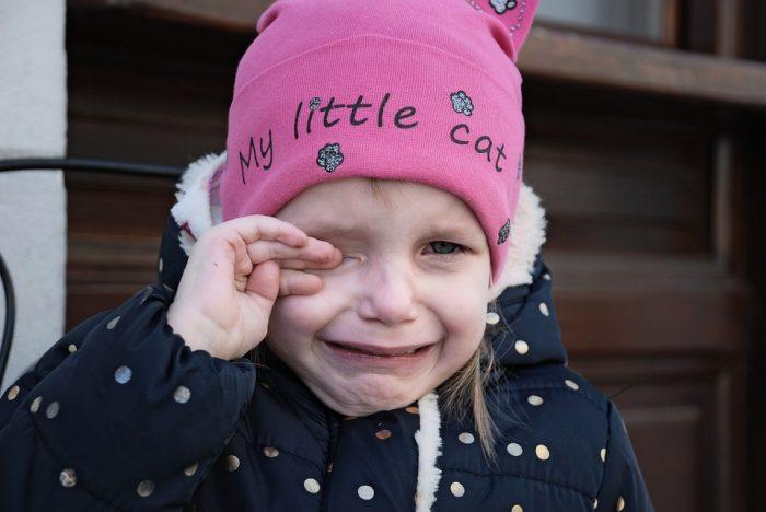 une jeune fille qui pleure pourquoi les gens sont si méchants