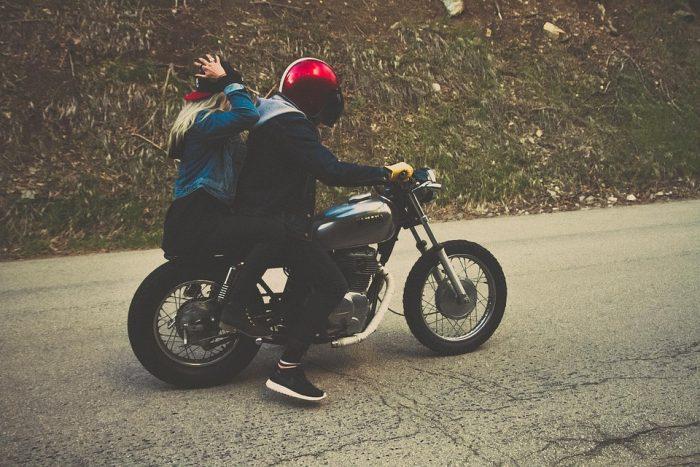 un couple sur une moto : idées de deuxième rendez-vous