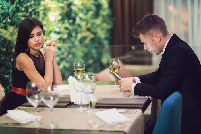 couple au souper personne égocentrique