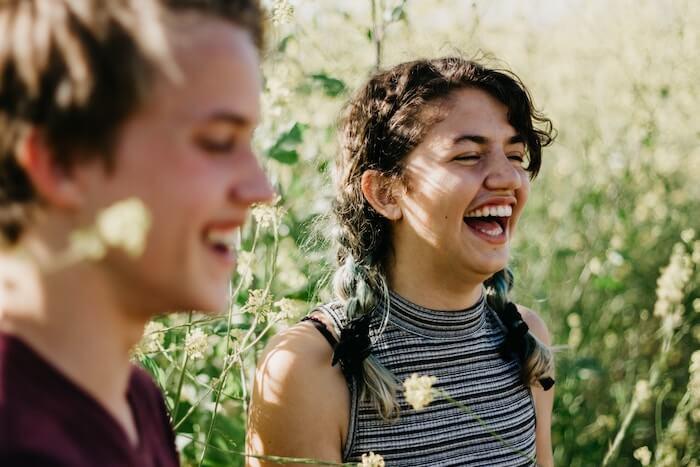 couple riant à l'extérieur comment bâtir la confiance