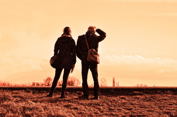 homme et femme côte à côte en regardant de loin dans une relation platonique