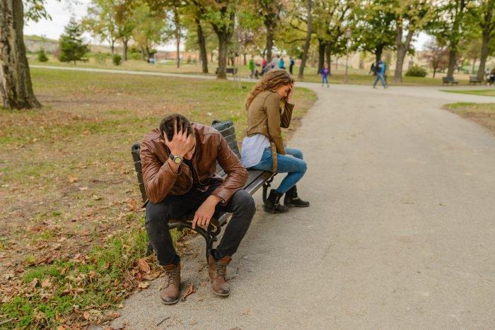 couple se faisant face sur un banc en train de tomber amoureux