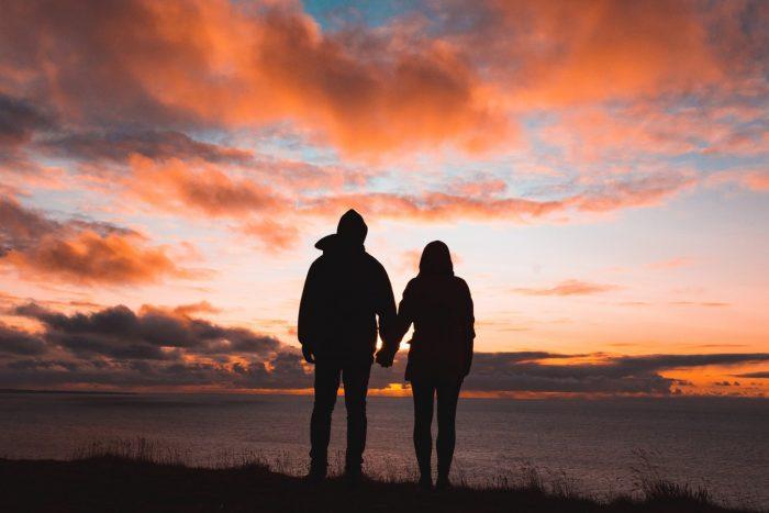 silhouette d'un couple qui se tient la main dans une relation de couple de pouvoir