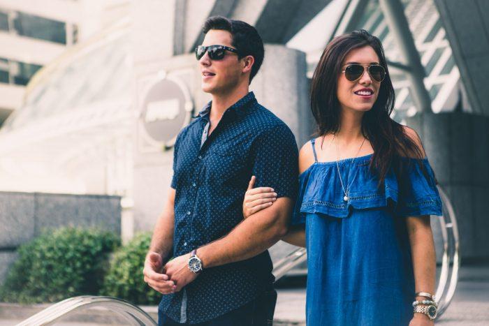 couplez les deux en portant des lunettes de soleil - Relation de couple électrique