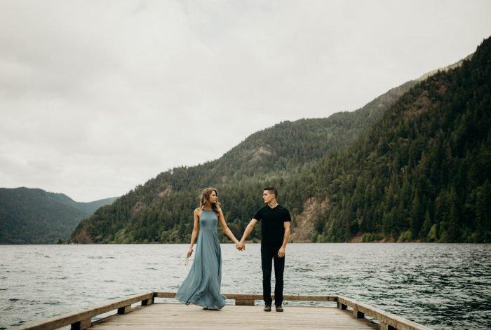 couple se tenant par la main avec un lac derrière eux relation de couple puissant
