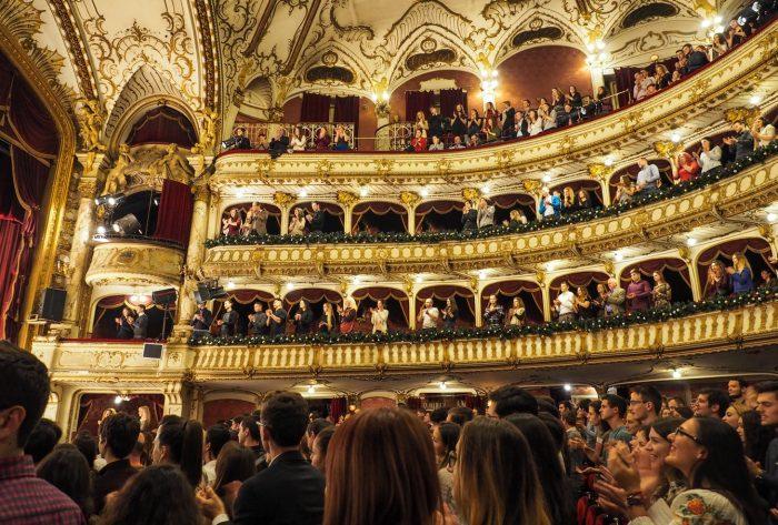 groupe de personnes debout ovation à l'intérieur du théâtre idées de deuxième rendez-vous
