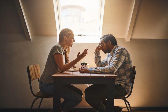 un homme et une femme qui se disputent sur la façon de gérer la jalousie