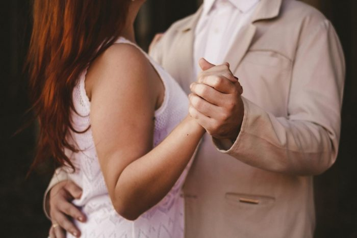 couple dansant des idées de dates de jours de pluie
