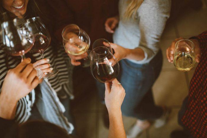 les femmes portant un toast avec leurs verres à vin préféreraient-elles poser des questions ?