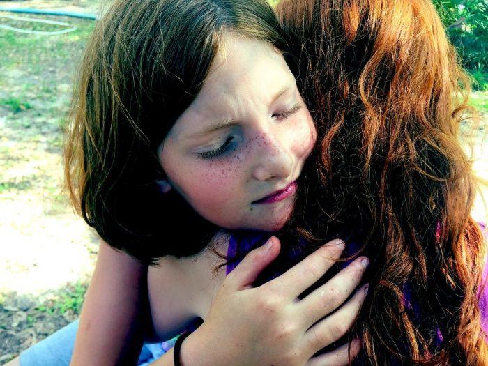 des jeunes filles qui s'embrassent pour se dire quoi dire quand quelqu'un meurt