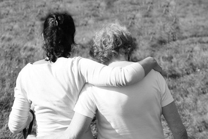 les femmes au bras l'une de l'autre, toutes mes condoléances pour votre perte