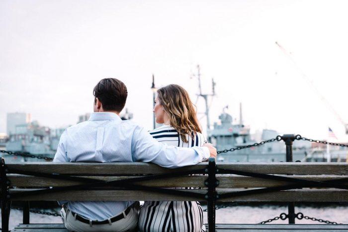 homme et femme assis sur un banc amour non partagé