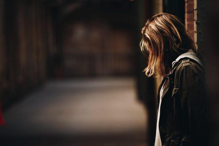 femme appuyée contre le mur, tournée vers le bas, que dire quand quelqu'un meurt