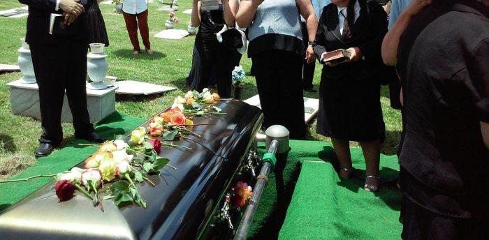 les gens se sont rassemblés autour d'un cercueil avant d'être enterrés désolé pour votre perte
