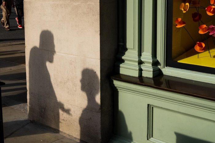 l'ombre d'un couple se disputant sur la façon de gérer l'éclairage au gaz dans une relation