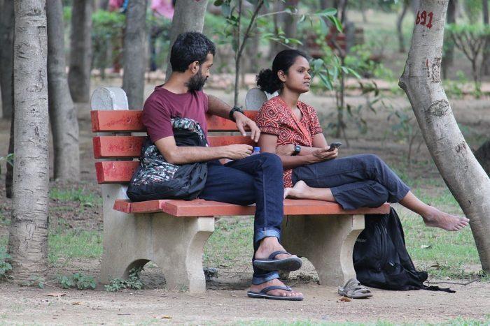 un couple assis sur un banc pendant que la femme traite silencieusement un homme comment gérer l'éclairage au gaz dans une relation