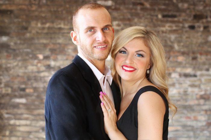 couple posant pour caméra femme mature