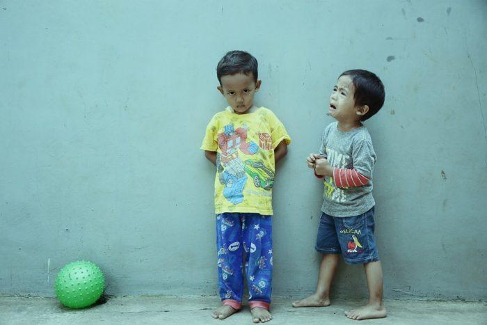 des enfants qui pleurent de fausses citations d'amis