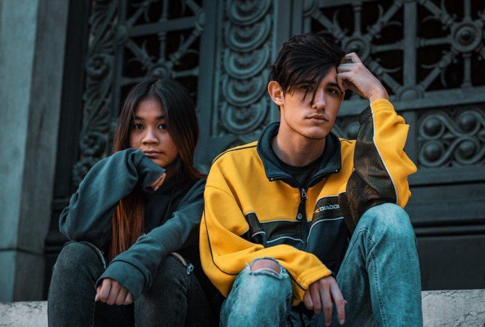 un homme et une femme posant à l'extérieur de la porte de fausses citations d'amis
