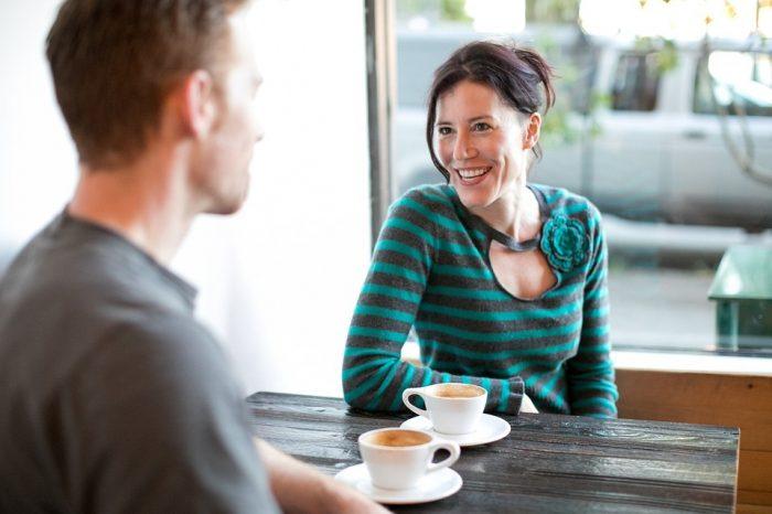 homme et femme parlant autour d'un café femmes mûres