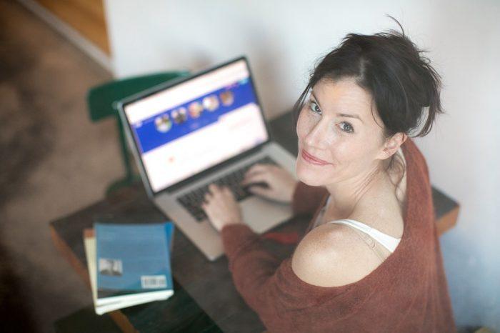 femme regardant vers le haut en utilisant un ordinateur portable femme adulte