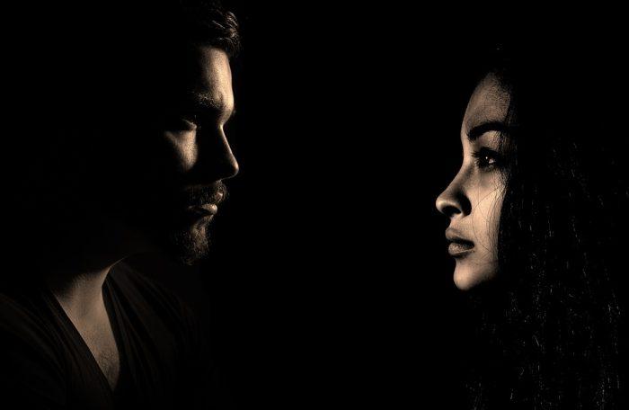 chapelure homme et femme sur fond noir
