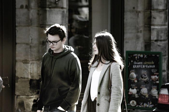 un homme et une femme marchant en train de chapelure