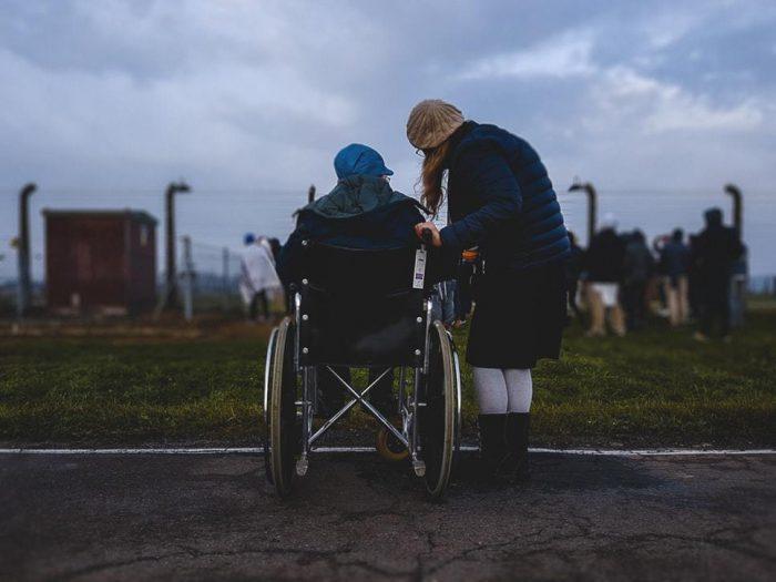 une femme en fauteuil roulant qui parle avec une autre femme change le monde