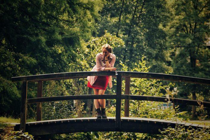 une femme sur un pont de bois rompt une relation