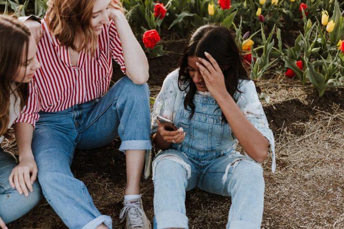 les femmes assises sur le sol : faits amusants sur vous-même