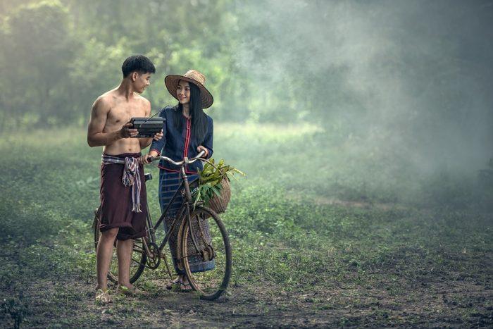 couple à l'extérieur avec poèmes d'amour pour mari à vélo