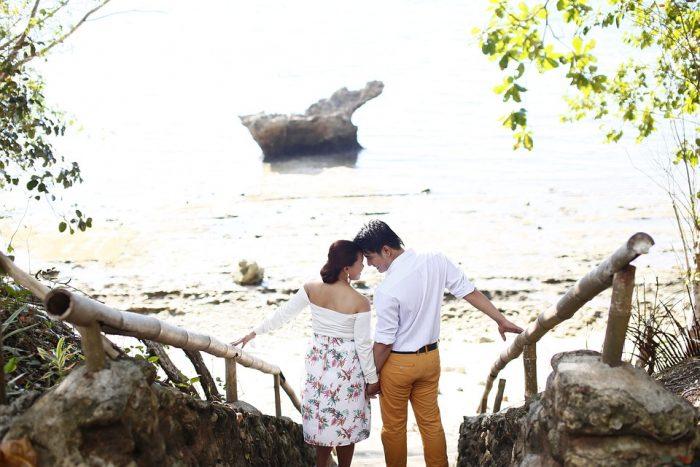 homme et femme sur les marches près de la plage poèmes d'amour pour mari