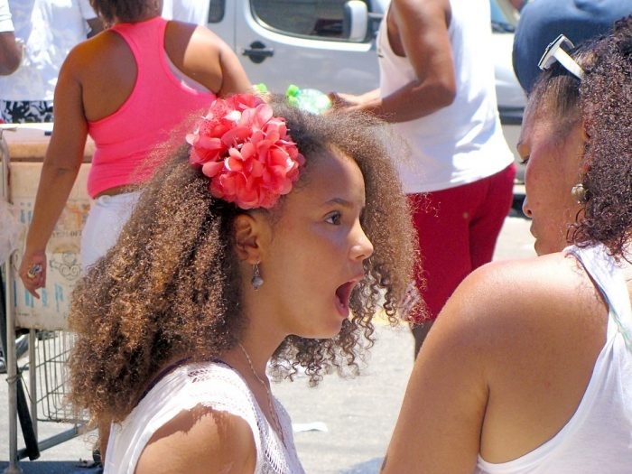 la fille et la mère se disputent les parents contrôlants