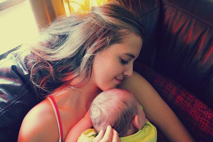 les types de câlins que la mère fait à son bébé