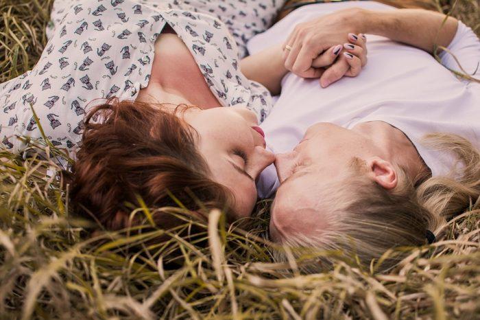 un couple se tient la main en s'allongeant sur l'herbe poèmes d'amour pour mari