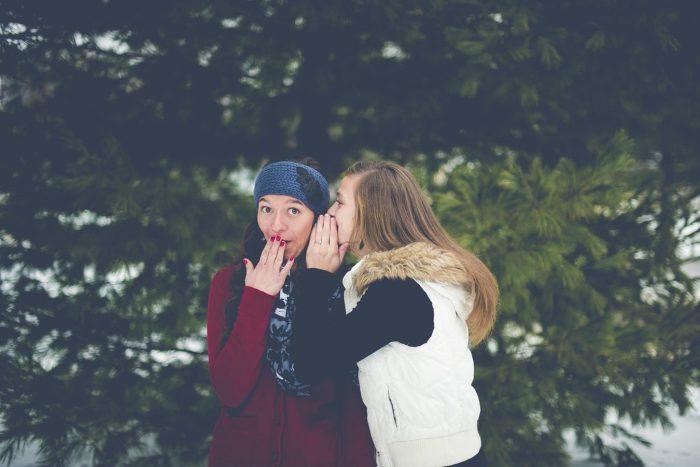 les adolescents racontent des ragots Les gens qui portent des jugements