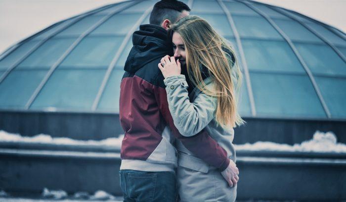 étreinte de couple en dehors de la monogamie série