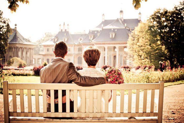 couple assis sur un banc monogamie en série