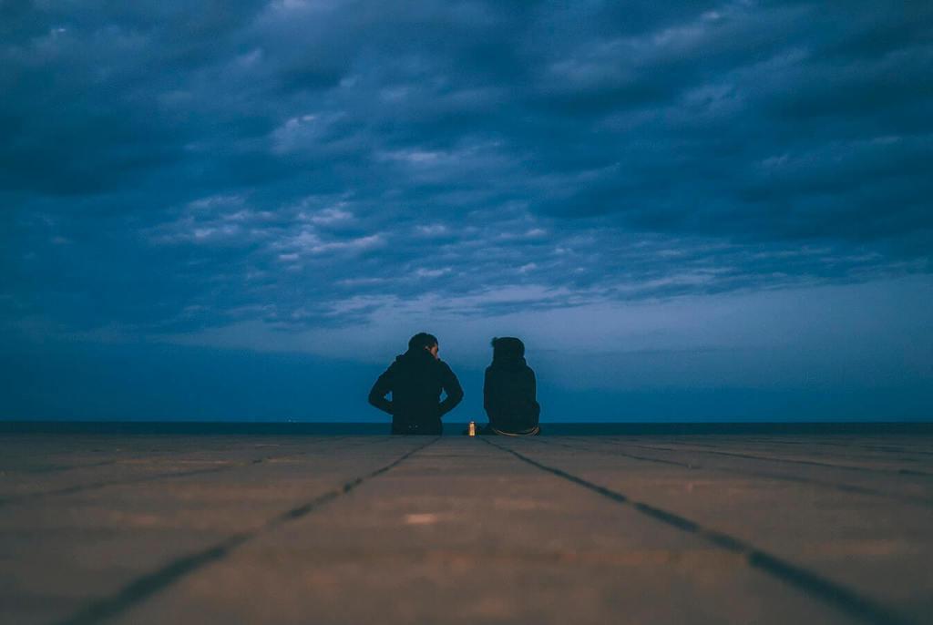 un homme et une femme assis dehors pour poser des questions à votre conjoint infidèle