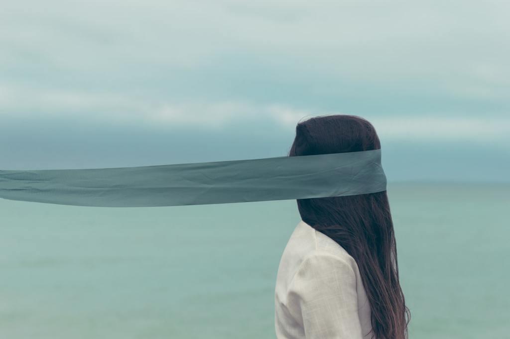 femme aux yeux couverts d'un bandeau de soie questions de confiance