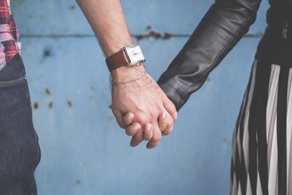 couple se tenant par la main comment surmonter les problèmes de confiance
