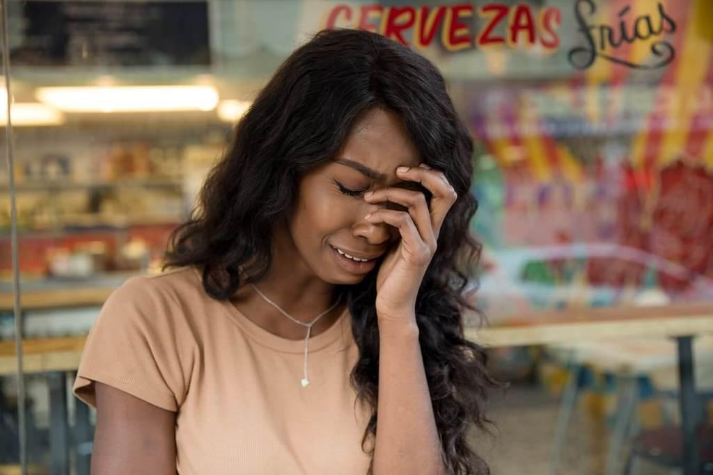 femme qui pleure des questions à poser à votre conjoint infidèle