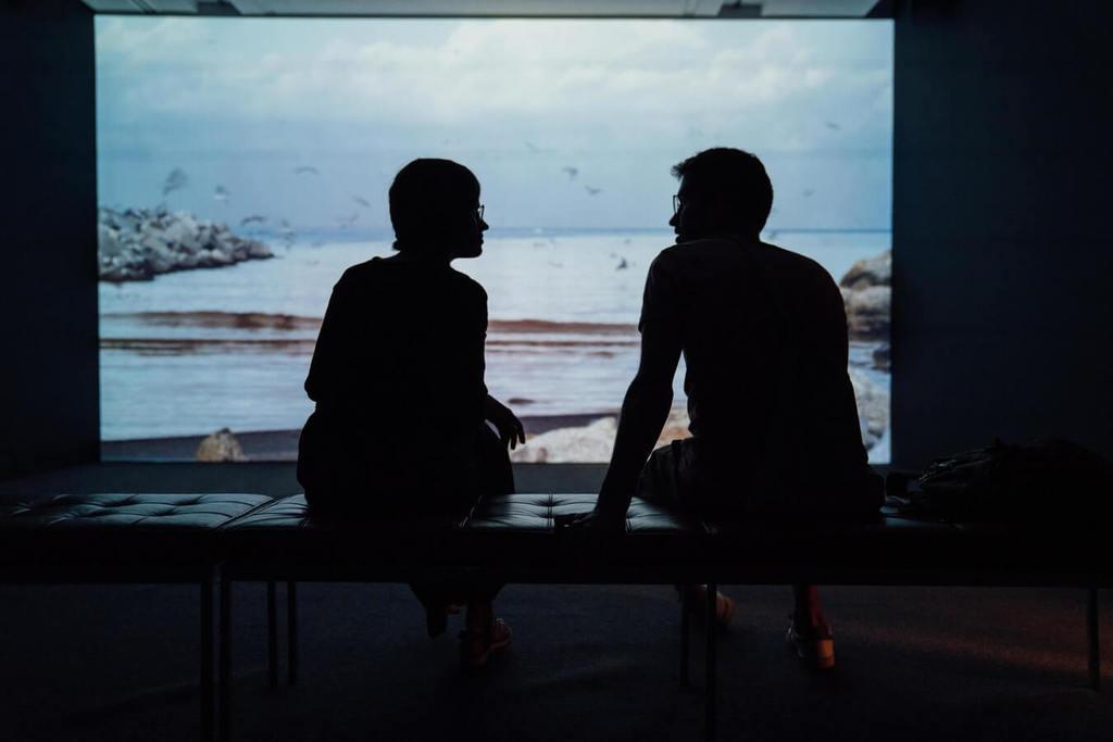silhouette d'un homme et d'une femme parlant de la façon de refaire confiance à quelqu'un