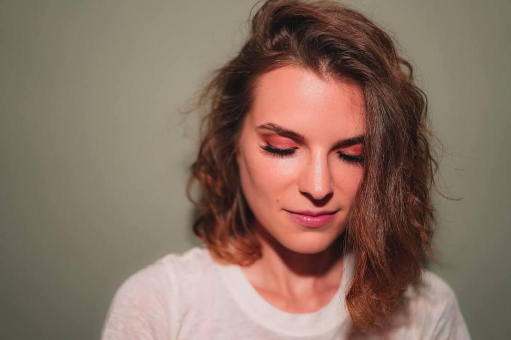 femme souriante comment surmonter les problèmes de confiance